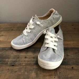Grey tennis shoes